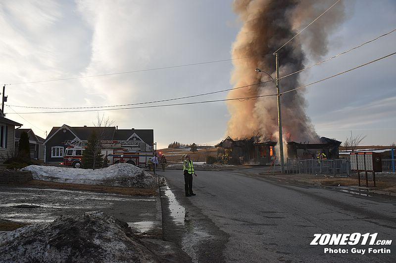 Incendie à St-Elzéar : un corps a été retrouvé dans les décombres